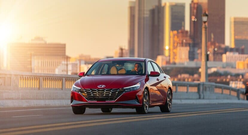 You are currently viewing 2021 Elantra. Hyundai mira sin miedo al futuro de los sedanes.